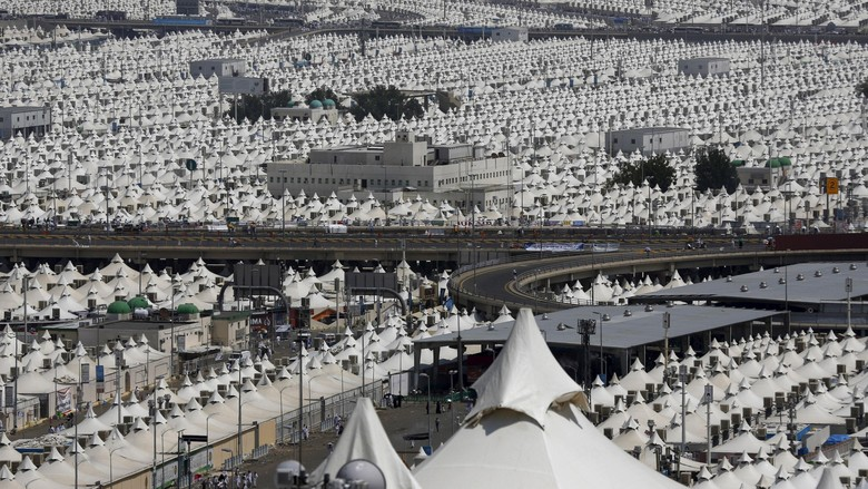 Kisah Haru Ibu yang Lemparkan Anaknya ke Tenda Saat Tragedi Mina