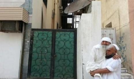 Penuhi Mimpi, Pria Ini Gendong Ayah Saat Ibadah Haji