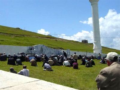 Seorang Miskin Membangun Masjid Paling Aneh di Dunia