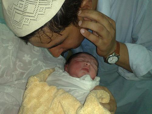 Inilah Pentingnya Azan di Telinga Kanan Bayi yang Baru Lahir