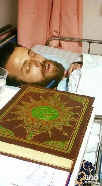 Sebuah foto yang ditweet situs berita Quds kemarin (6/2) memperlihatkan al-Qiq dengan al-Quran di samping ranjangnya.