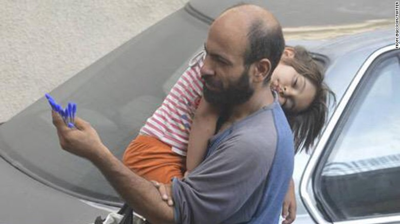 Pengungsi Suriah Jualan Pulpen Sambil Gendong Putrinya Ramai Dibicarakan di Sosmed