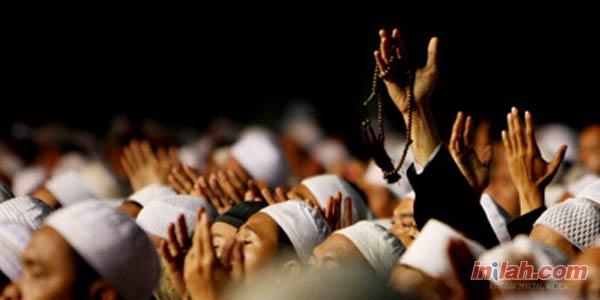 Kenapa Berdoa Harus Mengangkat Tangan?