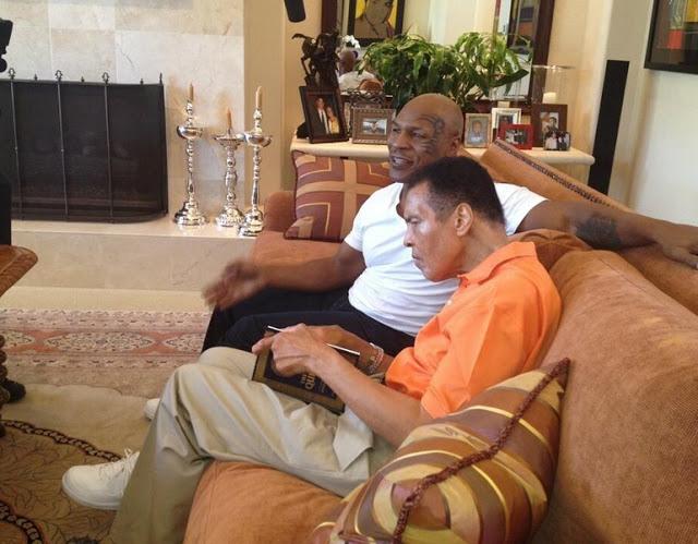 Masya Allah, Muhammad Ali dan Mike Tyson Baca Al-Qur'an Bersama Hebohkan Netizen