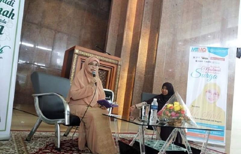 Dihadapan Mahasiswa, Teh Ninih Jelaskan Empat Wanita yang Dijamin Masuk Surga