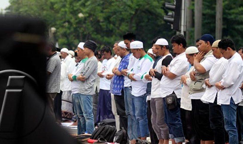 Pendemo Jumatan di Jalan Padahal Masjid Masih Muat