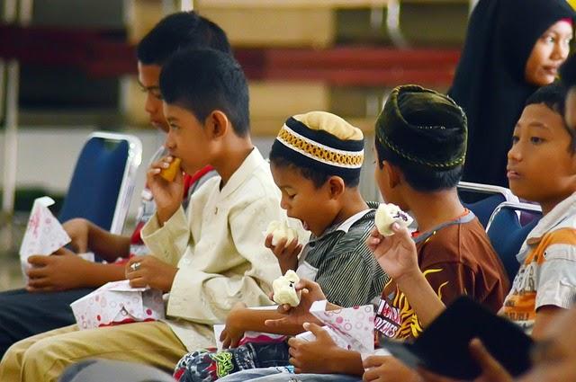 Bulughul Maram – Adab: Menjilat Jari Ketika Makan