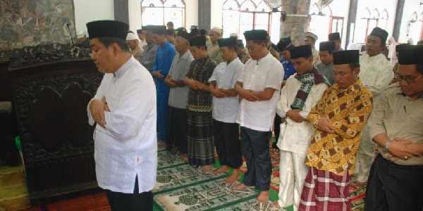 Bolehkah Ikuti Bacaan Imam Usai Surat Al-Fatihah?