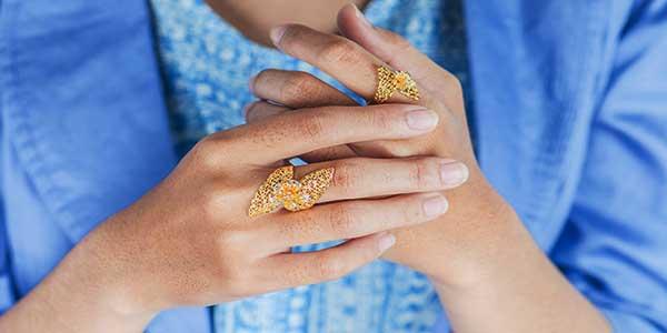 Perempuan, di Antara Perhiasan dan Auratnya