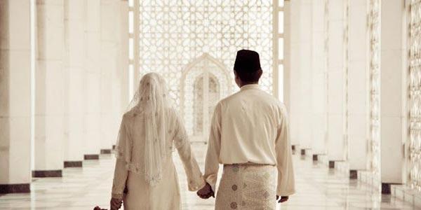 Asal Usul Istri Berdiri di Sebelah Kiri Suami
