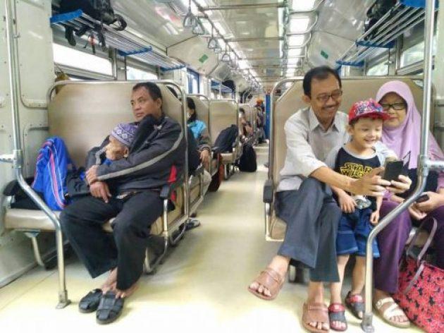 Kisah Foto Mengharukan: Anak Peluk Hangat Ayah nan Renta