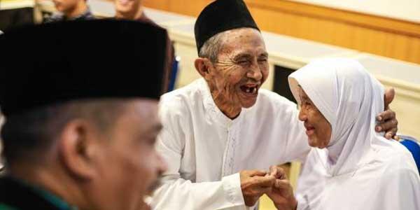 Tertawa Bahagia Bersama Jamaah Tertua