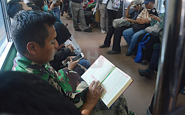 """""""Keren, TNI AL Mengaji di KRL"""""""