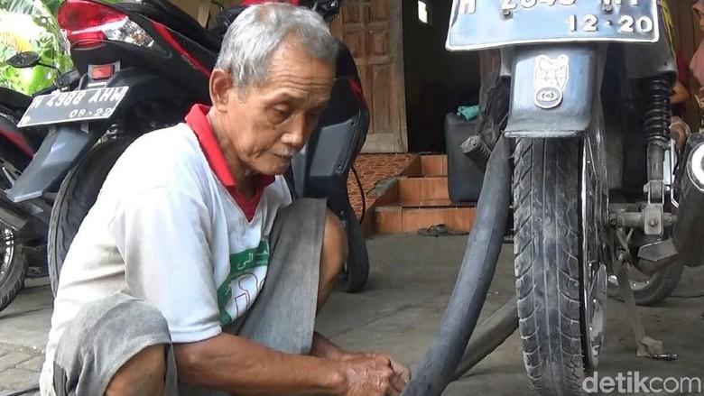 Bikin Haru, Kakek Penambal Ban di Semarang Ini Akhirnya Naik Haji