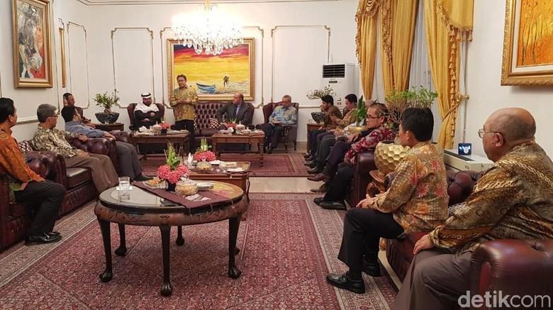 Jamaah Haji Makan Masakan Indonesia
