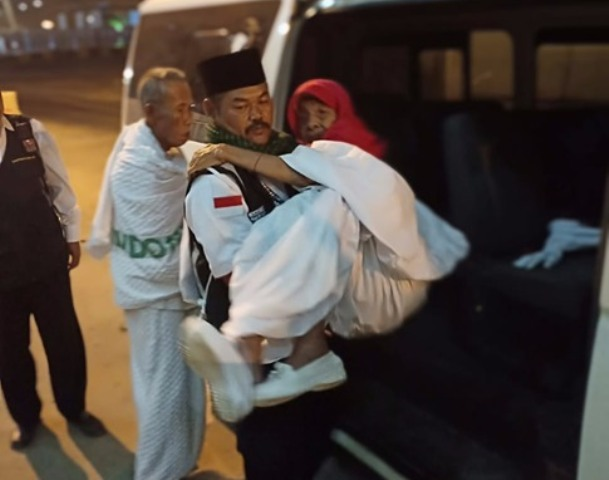 Slamet Budiono Rela Gendong Jamaah Haji untuk Ibadah di Masjidil Haram Sampai Antar ke Hotel
