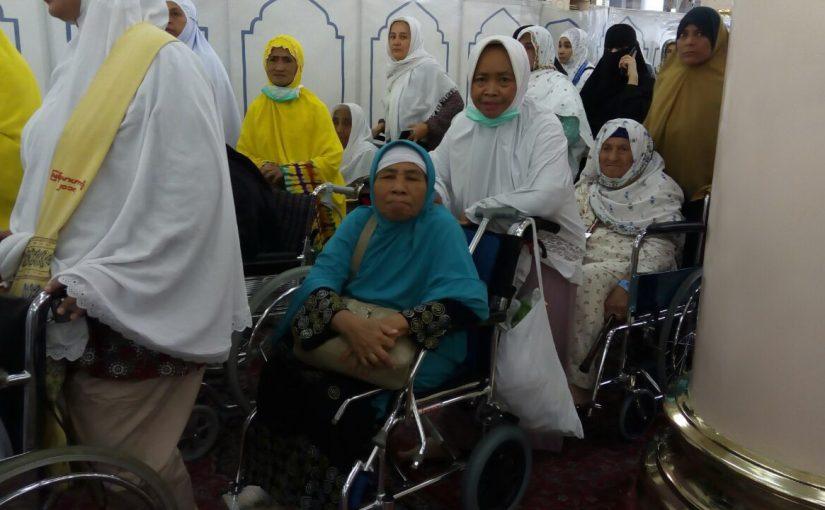 Perjuangan Menggapai Taman Surga di Raudhah dengan Kursi Roda