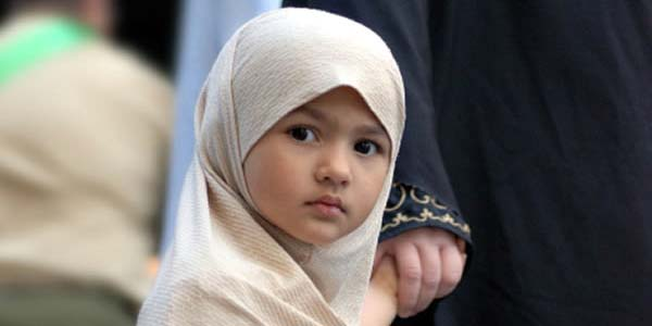 Yuk Biasakan Anak Perempuan Berhijab dari Kecil