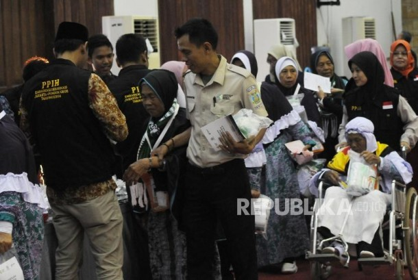 Jamaah Haji Tertua dan Termuda Berangkat dari Pondok Gede